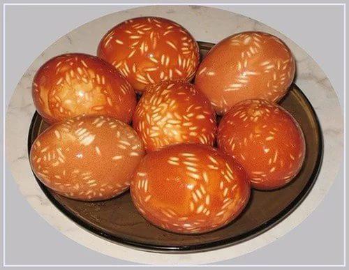 яйца на пасху в крапинку из риса
