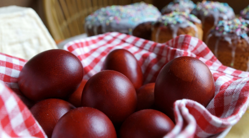 Простое окрашивание яиц луковой шелухой