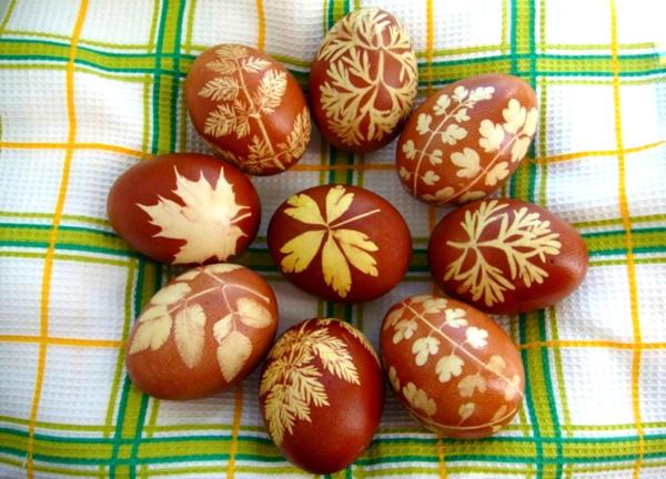 Красим яйца с рисунком с помощью листьев