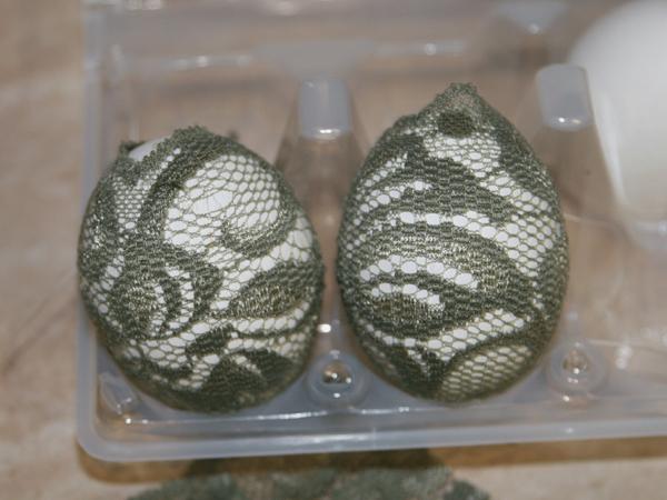 Кружевные яйца в луковой шелухе с узором